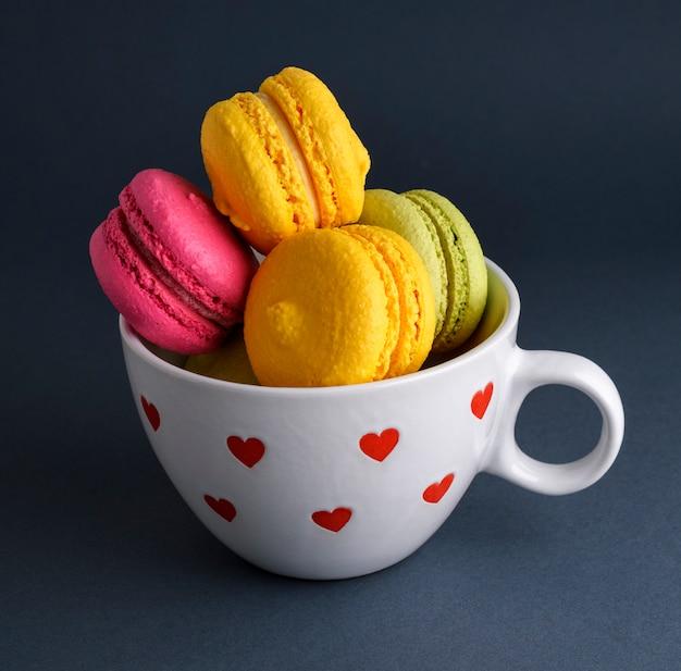 Dolci al forno multicolor di macarons di farina di mandorle