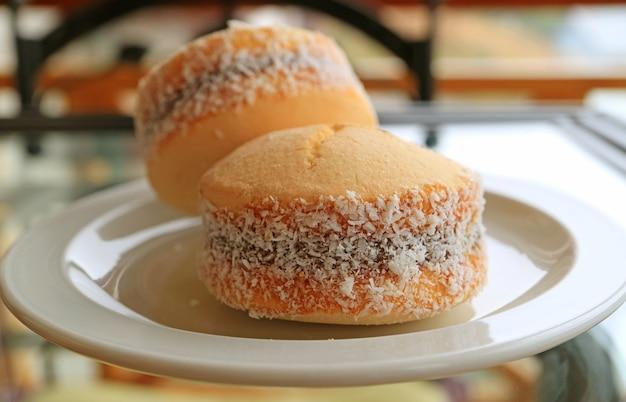Dolci alfajores chiusi, biscotti tradizionali di riempimento del latte zuccherato dell'america latina