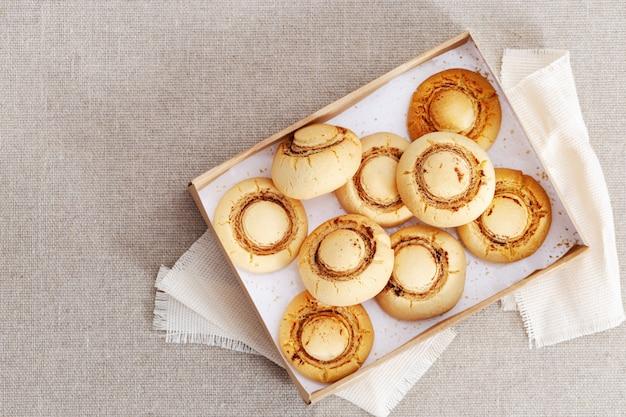 Dolci biscotti di pasta frolla in scatola di carta, vista dall'alto.