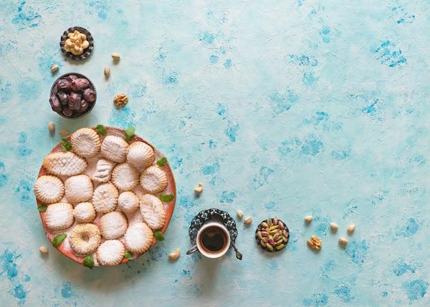 Dolci del ramadan. biscotti della festa islamica di el fitr. biscotti arabi maamoul.