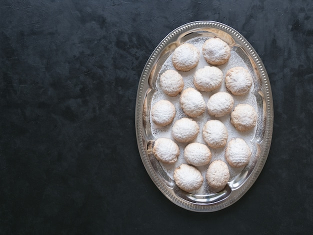 Dolci del ramadan sul tavolo nero. biscotti egiziani