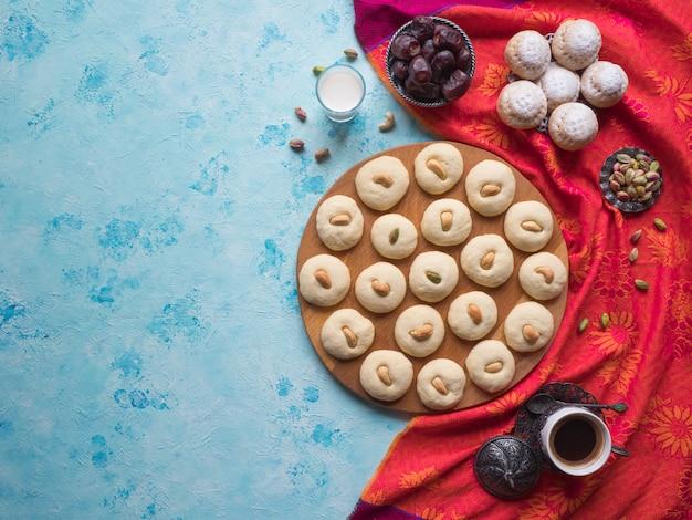 Dolci di ghorayeba. eid mangia. biscotti della festa islamica di el fitr. sfondo di dolci ramadan.