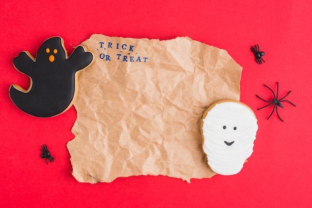 Dolci di halloween intorno a carta artigianale