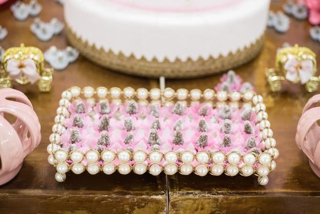 Dolci e decorazioni sul tavolo - la festa per bambini porta il tema principessa