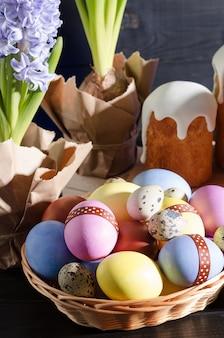 Dolci e uova di pasqua su uno sfondo scuro, rustico, in legno