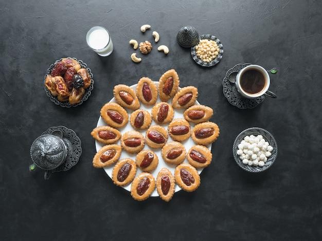 Dolci fatti in casa di eid dates su un tavolo nero