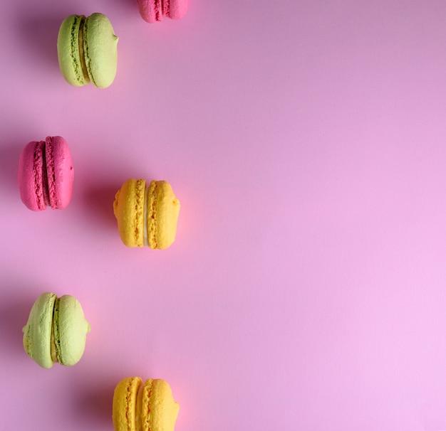 Dolci multicolori di farina di mandorle con crema
