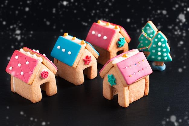 Dolci natalizi, case di panpepato e albero di natale per regali o feste