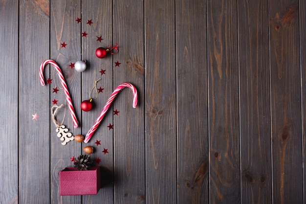 Dolci natalizi e posto per il testo. la scatola del regalo di capodanno e altri piccoli dettagli si trovano