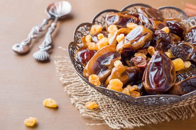 Dolci orientali, datteri di frutta secca e uvetta, cannella e anice stellato in un piatto