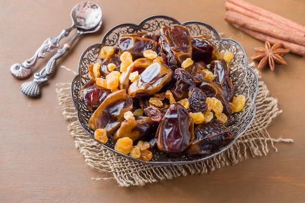Dolci orientali, datteri di frutta secca e uvetta, cannella e sta
