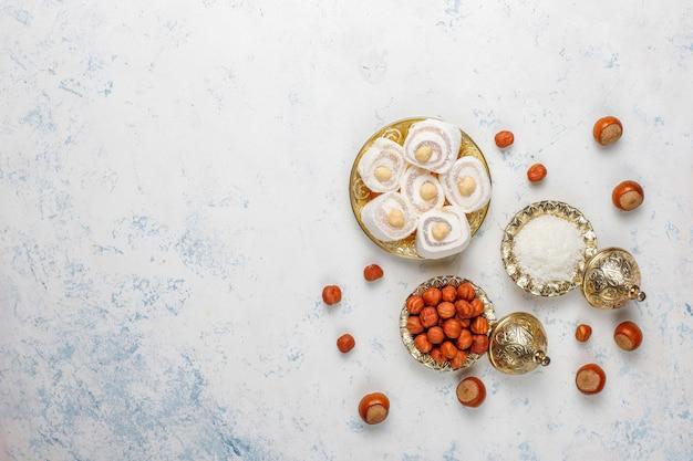 Dolci orientali. delizia turca, lokum con noci, vista dall'alto.