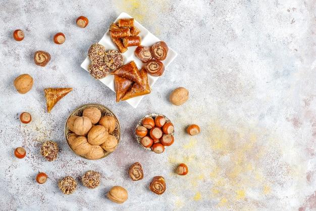 Dolci orientali, delizia turca tradizionale assortita con noci
