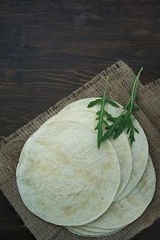 Dolci piatti per tacos o burritos. pane pita per preparare tacos.
