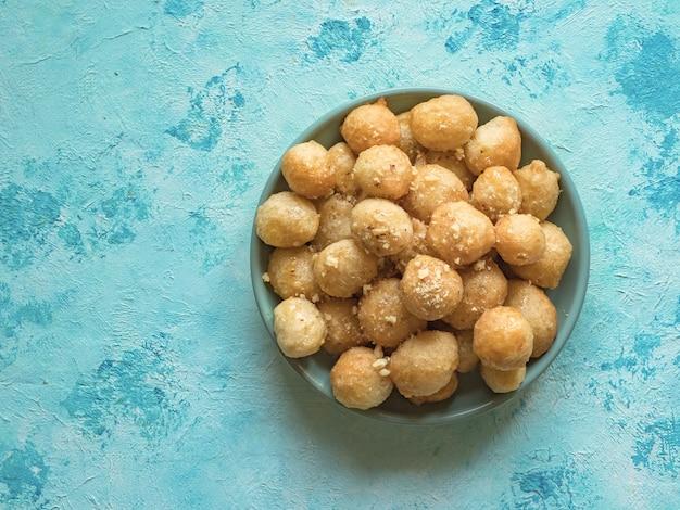 Dolci tradizionali greci loukoumades di pasta con sciroppo di miele.