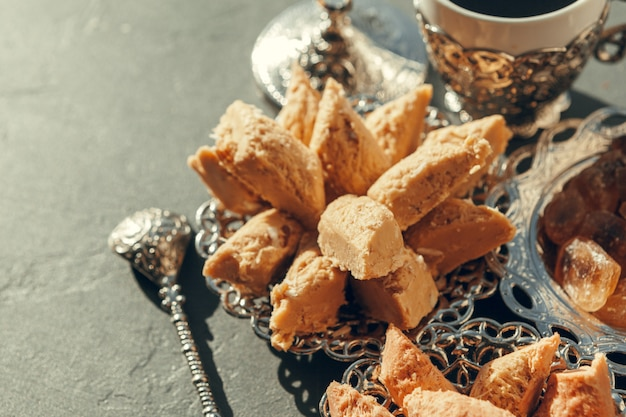 Dolci turchi con caffè su una tavola di legno