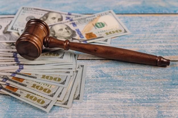 Dollari americani e martello del giudice corruzione, reato finanziario in denaro