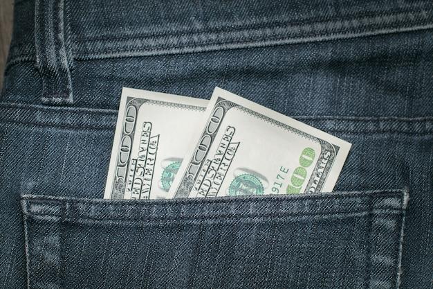 Dollari americani nella tasca dei jeans.