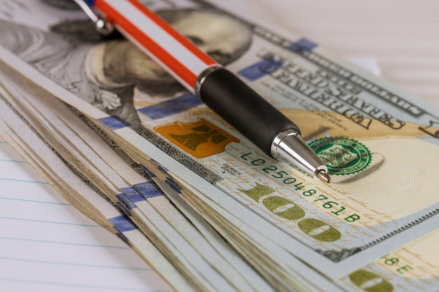 Dollari cento fatture contante con una penna
