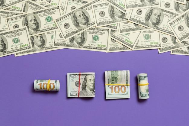 Dollari di valuta su sfondo colorato