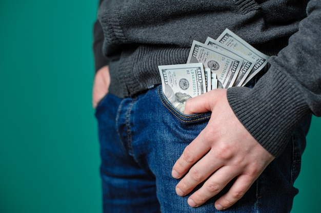 Dollari nella tasca dei jeans