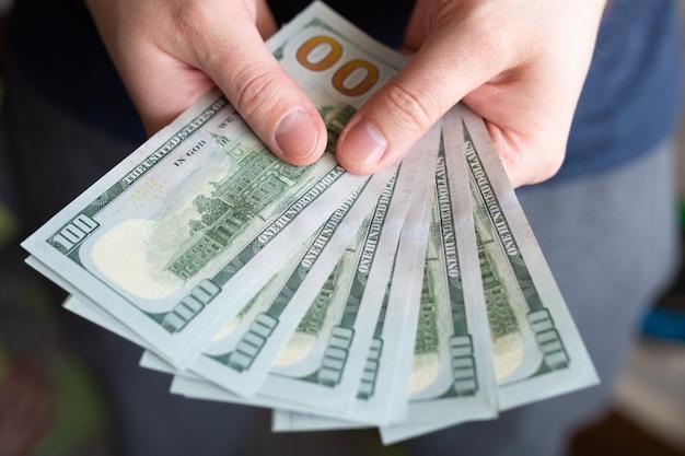 Dollari nelle mani dell'uomo.