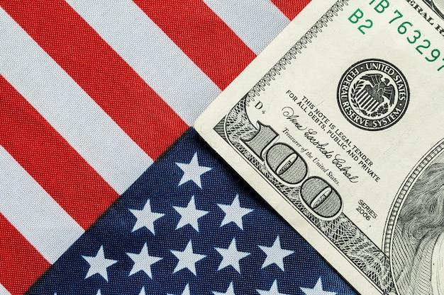 Dollaro americano sulla bandiera americana