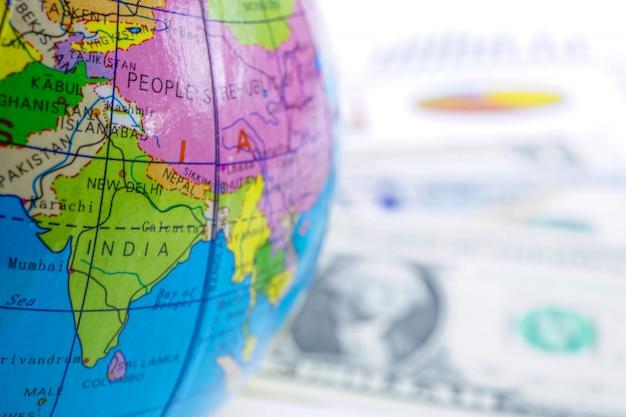 Dollaro usa e grafico con mondo globo asia: conto bancario, economia degli investimenti.