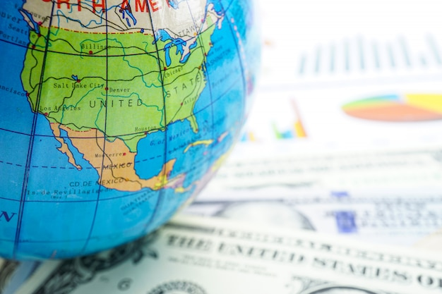 Dollaro usa e grafico con mondo globo: conto bancario, economia degli investimenti, trading.