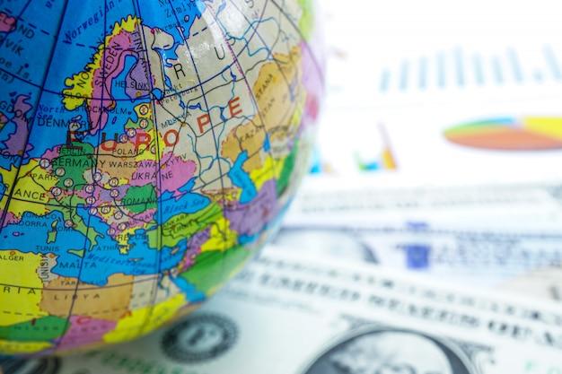 Dollaro usa e grafico con mondo globo europeo: conto bancario, economia di investimento.