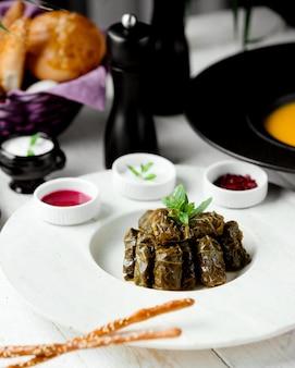 Dolma tradizionale a foglia nel piatto con salse