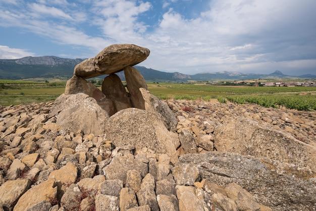Dolmen megalitico chabola de la hechicera, in la guardia, paesi baschi, spagna.