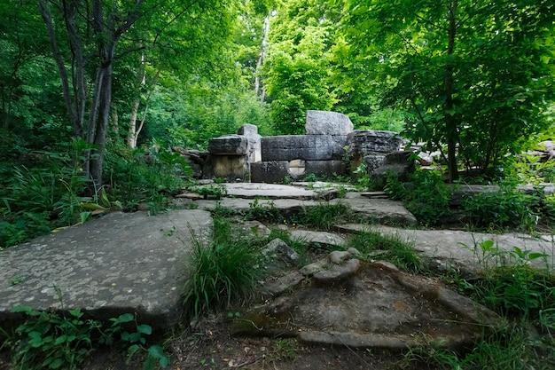 Dolmen tondo in rovina antico nella valle del fiume jean, monumento della struttura megalitica di archeologia