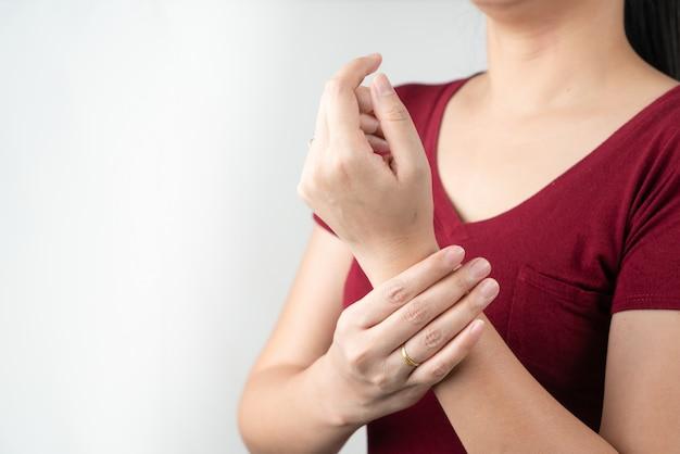 Dolore al braccio del polso, sindrome dell'ufficio di giovane donna, concetto di sanità e medicina