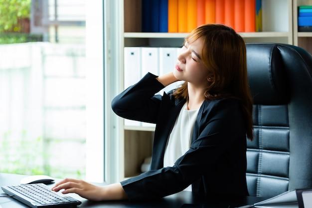 Dolore al collo giovane donna lavoratrice