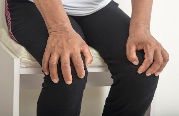 Dolore al ginocchio nelle donne anziane