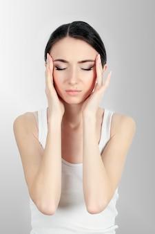 Dolore alla donna. ragazza che ha forte mal di testa, soffrendo di emicrania