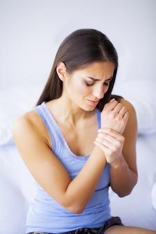 Dolore alle braccia. bella donna corpo sensazione dolore alle spalle