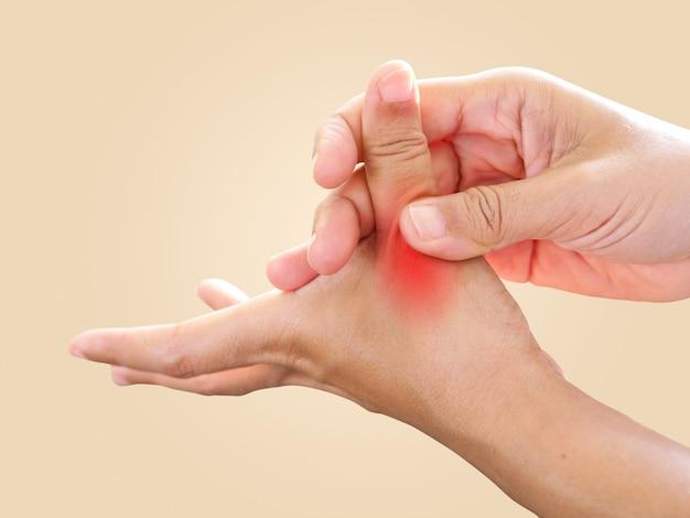 Dolore alle mani e dita doloranti, dolore alle dita del pollice dal lavoro con il nervo infiammato e innescare la malattia del blocco delle dita.