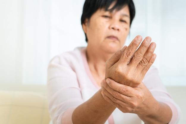 Dolore della mano del polso dell'anziana, problema di sanità del concetto senior