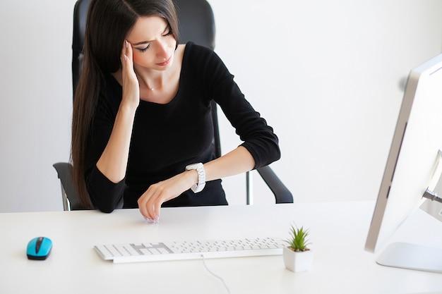 Dolore di sofferenza della bella donna di affari sul suo ufficio