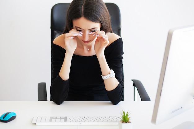 Dolore. dolore di sofferenza della bella donna di affari sul suo ufficio