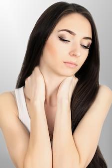 Dolore fisico. bella donna sensazione di dolore alle spalle e alle braccia