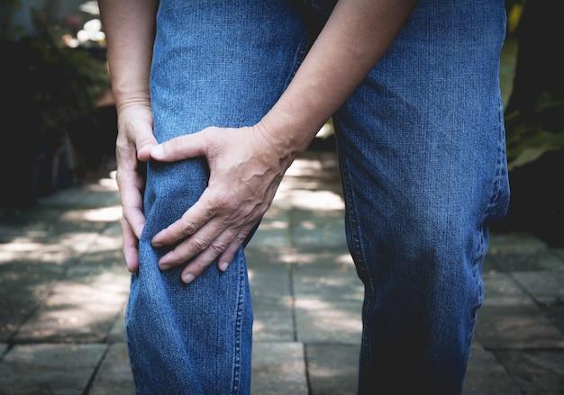 Dolore fisico. corpo maschile di primo piano con dolore alle ginocchia.
