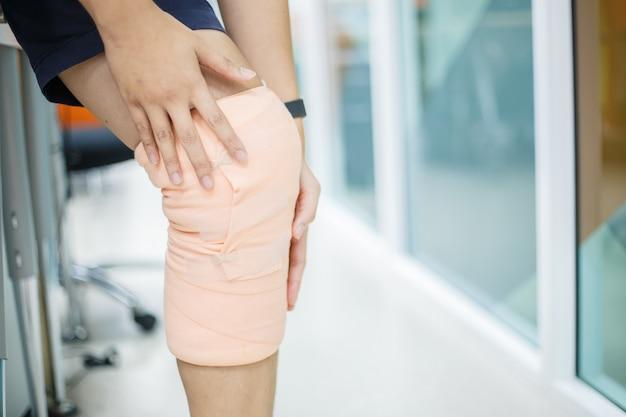 Dolore fisico. primo piano di bello ente femminile con dolore in ginocchia