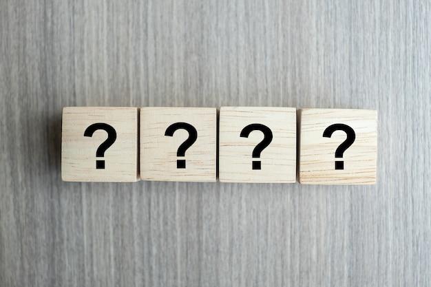 Domande mark (?) parola con cubo di legno