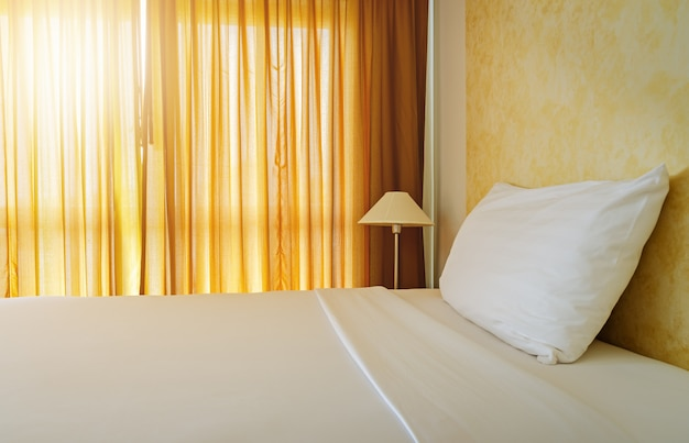 Domestica bianca su con un cuscino in camera da letto gialla