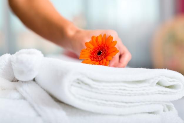 Domestica facendo servizio in camera in hotel