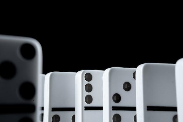 Domino bianchi nel buio vicino