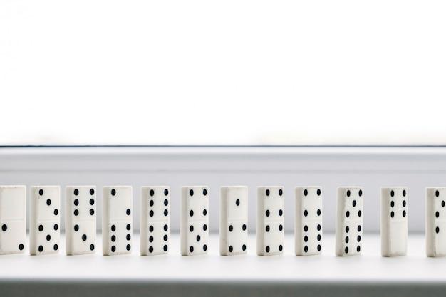 Domino bianco, principio domino, su sfondo bianco